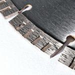 detail segmentu kotouče na zámkovou dlažbu a beton
